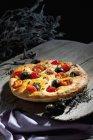 Foccaccia com azeitonas pretas, tomate e especiarias orégano — Fotografia de Stock