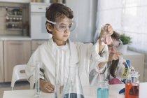 Jungen und Mädchen spielen naturwissenschaftliche Experimente zu Hause — Stockfoto