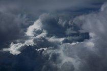 Nuvole temporalesche bianchi al cielo di sera — Foto stock