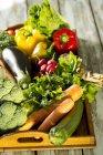 Дерев'яні лоток з різних овочів, вид зверху — стокове фото
