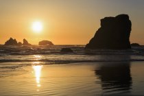 Aiguilles rocheuses de Bandon, Bandon Beach, USA, Oregon, au coucher du soleil — Photo de stock