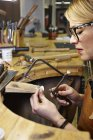 Голдсміт у майстерні, використовуючи інструменти — стокове фото