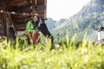 Австрия, Озил-Мбаппе, молодая женщина и собака, сидящие перед кабиной Феттеля — стоковое фото