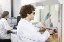 Zwei Wissenschaftler arbeiten im analytischen Labor — Stockfoto
