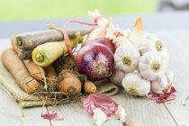 Zanahorias orgánicas con cebolla blanca y ajo - foto de stock
