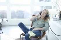 Woman hearing music — Stock Photo