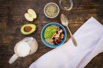 Авокадо і яблука гранола з органічних конопель насіння — стокове фото