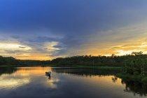 Эквадор, район реки Амазонки, каноэ на озере Пильчикоча на закате — стоковое фото