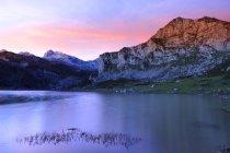 Іспанія, відбиття Пікус-де-Європа в озеро Ercina — стокове фото