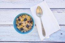Glutenfree мюслі з чорниці в миску і ложкою на рушник — стокове фото