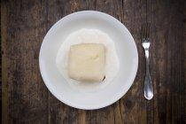 Вид сверху дрожжевой кнедлик с ванильным соусом — стоковое фото