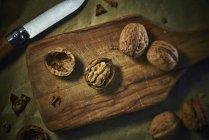 Тріщини і весь волоські горіхи — стокове фото