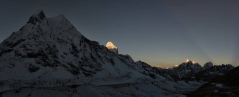 Nepal, Khumbu, região do Everest, Amphu Gyabjen com Ama Dablam e Taboche ao nascer do sol — Fotografia de Stock