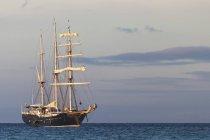 Oceano Pacifico, nave a vela nell'Oceano Pacifico al crepuscolo — Foto stock
