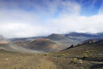 США, Гаваї, Мауї, Халеакала, вулканічну з хмар і шишки шлаку — стокове фото