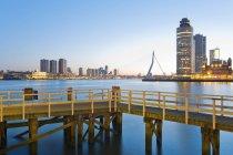 Pays-Bas, comté de Hollande, Rotterdam, vue à pont Erasmus, Kop van Zuid, jetée en face — Photo de stock