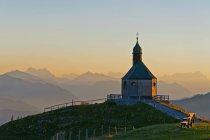 Германия, Верхняя Бавария, Тегернзее, Вид из Валльберга, Часовня вечером — стоковое фото