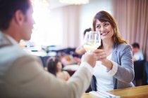 Діловими партнерами вина цокаючись у готельному ресторані — стокове фото