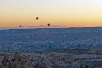 Далеких подання гарячого повітря балонів в Каппадокії — стокове фото