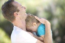 Père en longeant le petit garçon à l'extérieur — Photo de stock