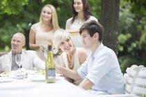 Сім'я і друзі в обідній стіл на відкритому повітрі — стокове фото