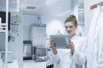Chercheur en laboratoire tenant la tablette numérique — Photo de stock