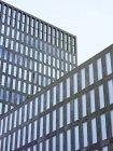 Вид на фасад современной офисной башни в дневное время, Цюрих, Швейцария — стоковое фото