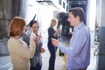 Дегустация вин в магазине — стоковое фото