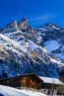 Allemagne, Bavière, Alpes d'Allgäu, maison de ferme, Trettachspitze et Maedelegabel en arrière-plan — Photo de stock