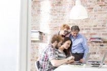 Творчі ділових людей, які відповідають в зал засідань — стокове фото