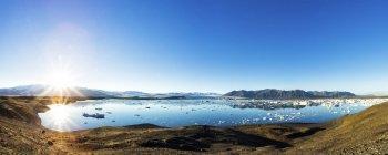 Islândia, Austurland, Joekulsarlon, lagoa glaciar contra o sol, Panorama durante o dia — Fotografia de Stock