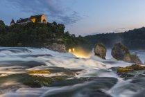 Швейцария, Нойштедтер, Живописный вид на Рейн падает с замка Мбаппе вечером — стоковое фото