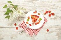 Шматок торта полуниця з вершками — стокове фото