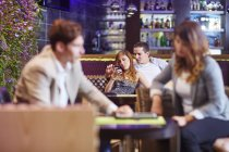Sorrindo casal socializando no bar do hotel — Fotografia de Stock