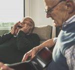 Due anziani che fanno musica insieme a casa — Foto stock