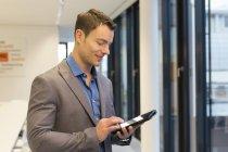 Empresario con tableta digital en oficina - foto de stock