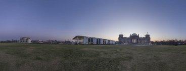 Alemania, Berlín, Cancillería, Paul-Loebe Haus y Reichstag en la mañana - foto de stock