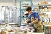 Работник, Монтаж кабелей в щитового строительства завода — стоковое фото