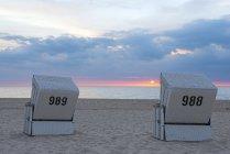 Німеччина, спогади про Шлезвіг-Гольштейн Зільт Вестерланд, з капюшоном пляжні шезлонги на пляжі на заході сонця — стокове фото