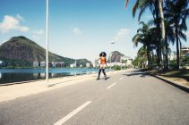 Brasile, Rio de Janeiro, inline-pattinatore femminile su strada asfaltata — Foto stock