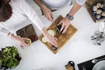 Пара в кухне, подготовка баклажаны — стоковое фото