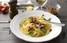Piatto di spaghetti con pesto di pomodoro e parmigiano grattugiato — Foto stock