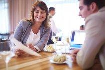 Associés ayant une réunion-déjeuner au restaurant de l'hôtel — Photo de stock