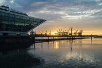 Edificio de oficinas Dockland en puesta del sol, Hamburgo, Alemania - foto de stock