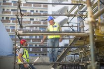 Surveyor and construction worker on construction site — Stock Photo