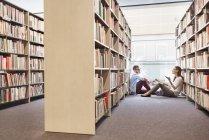 Dos estudiantes aprendiendo en la biblioteca de la Universidad - foto de stock