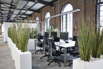 Modernes Großraumbüro im Innenbereich — Stockfoto