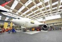 Дневное время внутренний вид строительства самолет в ангаре — стоковое фото
