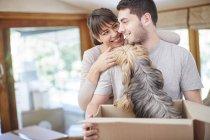 Coppia casa mobile condividere un momento con il cane — Foto stock