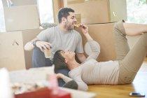 Paar Umzug Pizza essen — Stockfoto